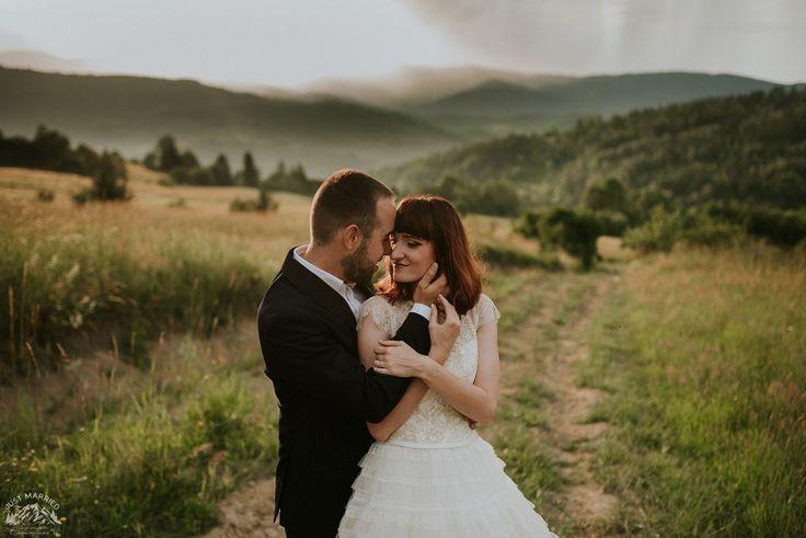 #bride #groom #weddingsession #floral #wreath #sesjaslubna #zdjeciaslubne #chasinglight #bridal #slub #pannamloda #mountains