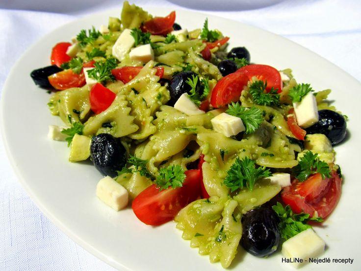 Nejedlé recepty: Těstovinový salát s pestem, mozarellou, rajčaty a olivami
