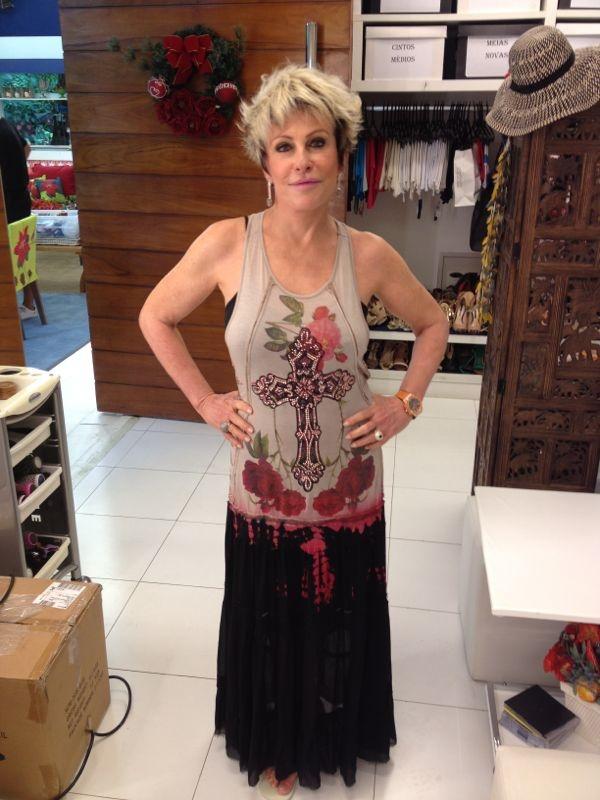 No look nº29 Ana Maria Braga usa vestido com estampa de rosas e cruz.