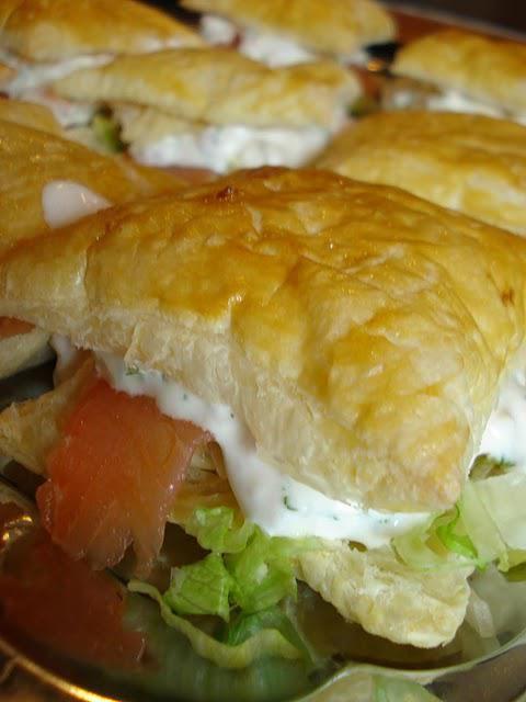 Butterdejspakker med iceberg, røget laks og rejesalat