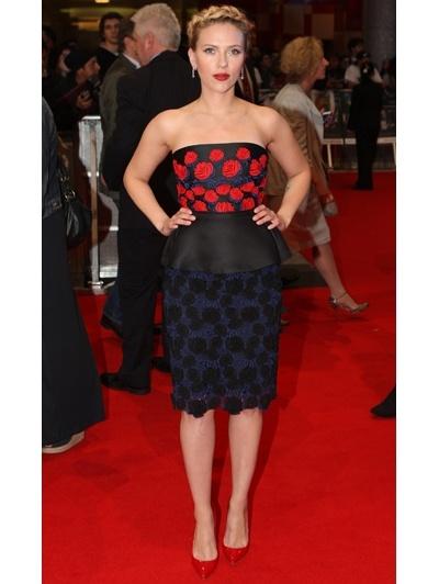 Scarlett Johansson in een strapless peplum-jurk van Prada s/s 2012, met rode Louboutins en sieraden van Bulgari naar de Europese première van The Avengers in London.