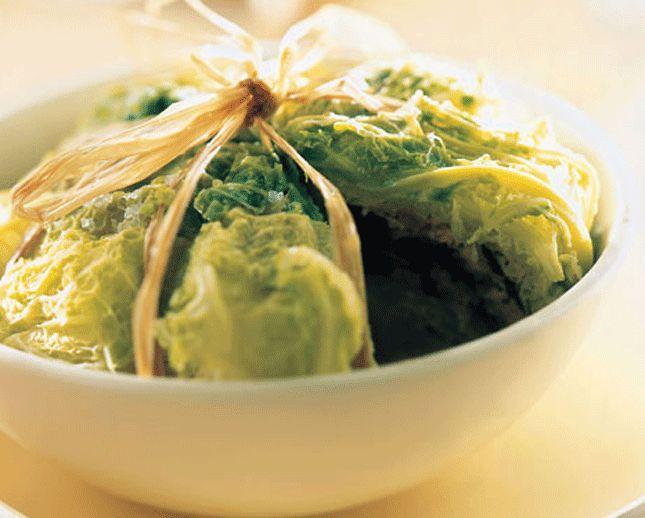 Mondate la verza eliminando le foglie esterne e la costola centrale che potrebbero risultare troppo dure; lavate quindi le foglie e tagliatele a listarelle sottili. Sbucciate la cipolla e tritatela...