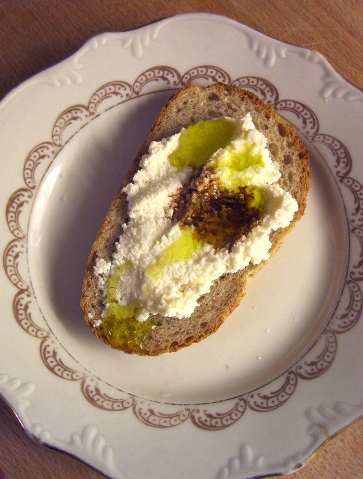 Eu adoro ricotta e queijos cremosos em geral. Adoro misturar ervas e temperos e comer tanto no pão como com vegetais, como uma pastinha...