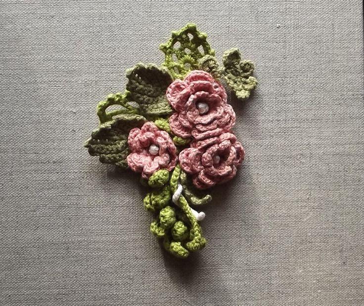 La magie des fleurs - pour le défi de mars - Broche au crochet - applique fleur - applique bouquet : Ecussons, appliques par tara-bleiz