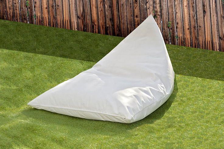 Μαξιλάρα σε σχήμα τριγώνου με ειδικό ύφασμα για εξωτερικούς χώρους, με ειδική επεξεργασία για να μην ξεθωριάζει από τον ήλιο και το χλώριο της πισίνας. Το εσωτερικό γέμισμα είναι από διογκωμένη πολυστερίνη και βρίσκεται σε ξεχωριστή υφασμάτινη θήκη.  Triangle shaped cushion with special fabric for outdoors, with specific treatment to not fade from the sun and pool chlorine. The infill is made of expanded polystyrene and is located in a separate pouch.