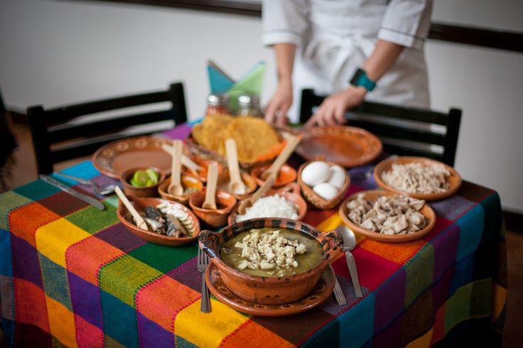 El Pozole Verde es de los más emblemáticos platillos de Guerrero, en especial de Tixtla, en donde se acompaña de huevo crudo, sardina, maciza de cerdo y chicharrón, con tostadas fritas y salsa agridulce de chipotle.  Fotografía: Pedro Mora.