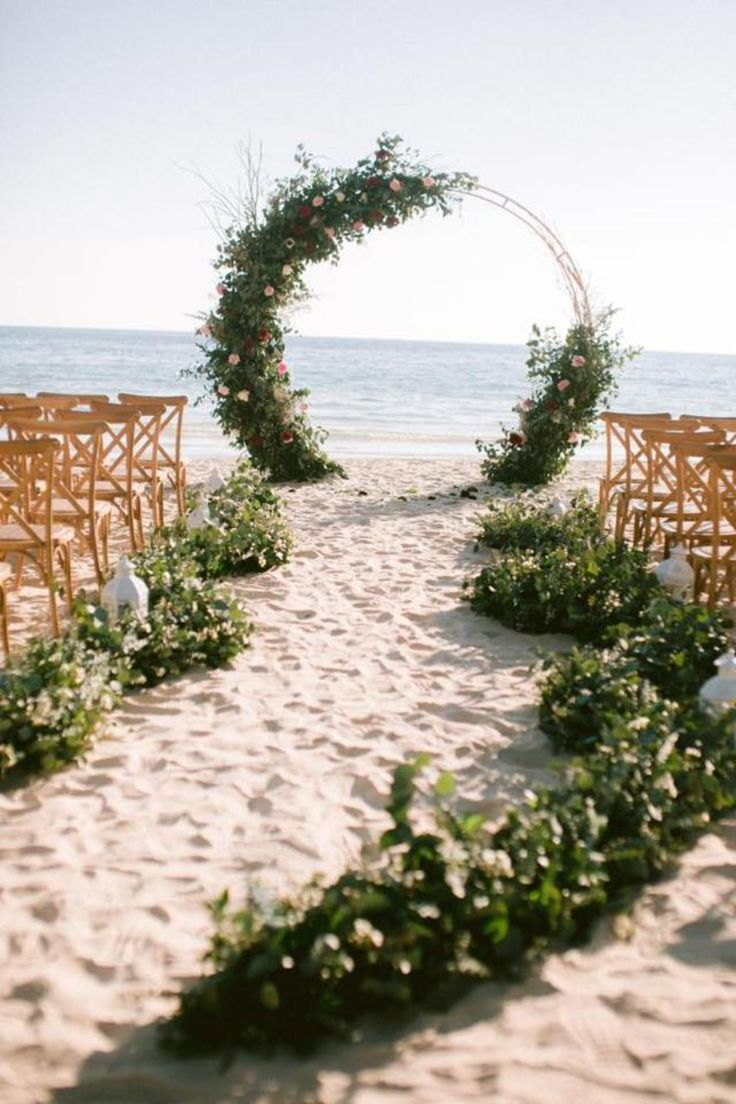 Allée parfaite et toile de fond pour une cérémonie ou un mariage à la plage. #mariage