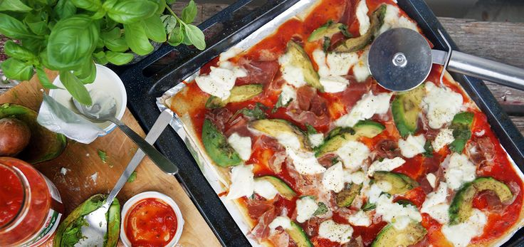 Blog GWESSE ging voor Koopmans aan de slag met Koopmans Italiaans Pizzadeeg uit de vriezer. Zij maakte een heerlijke variatie met mozzarella, parmaham en avocado.