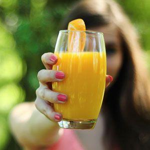 Ingredience 150 g bílého jogurtu 150 ml čerstvě vymačkané pomerančové šťávy 1 polévková lžíce medu Trocha pomerančové kůry Postup Nejprve si zpomeranče/pomerančů vymačkáme šťávu, kterou následně společně sbílým jogurtem a lžící medu dáme do mixovací nádoby. Pak ještě zřádně opláchnuté kůry pomeranče sloupneme speciální škrabkou několik proužků pomerančové kůry a přidáme je kostatním surovinám. Nakonec… Celý recept »
