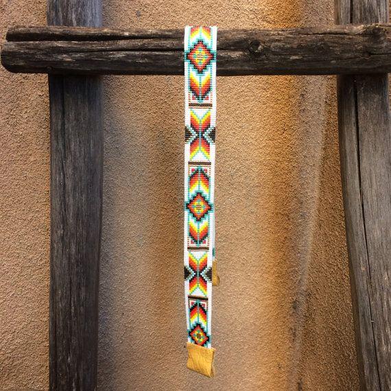 Ce Alameda cow-boy ou cow-girl bandeau a été inspiré par toutes les couleurs du Sud-Ouest et les motifs que je vois autour de moi à Albuquerque, Nouveau-Mexique. Comme avec toutes mes pièces, j'ai créé il sur un métier à tisser de perle avec grand soin et attention aux détails.  Les perles utilisées dans cette pièce sont mes préférés - verre haute qualité Delicas japonais, beaucoup plus même et cohérente que les perles plus couramment utilisés dans le travail sur métier à tisser. Cela…