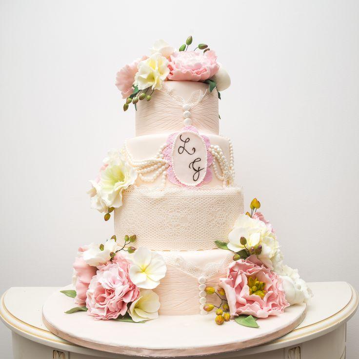 Va prezentam un tort de nunta elegant, pe care am asezat bujori imperiali, un tort stilat, ce nu trebuie sa lipseasca de la petrecerea de nunta mult visata. Unul dintre cele mai elegante torturi ale noastre, pe care vi-l recomandam cu mare drag.