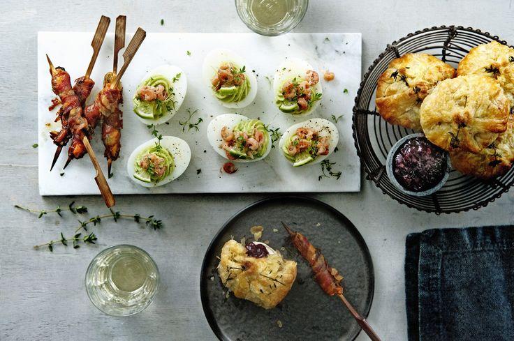 Maak een moderne versie van de klassieke gevulde eieren. Vul ze met avocadocrème en serveer de eieren met hollandse garnalen.