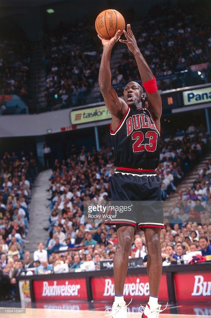 Fotografía de noticias : Michael Jordan of the Chicago Bulls shoots the...