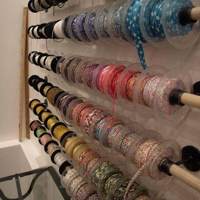 quels rubans ou chaînes vous inspirent aujourd'hui? :) #lecomptoiraperles #onvousattend #perles #rubans #chaînes #couleurs #nofilter #bijoux #création #jewelry #handmadejewelry #DIY #faitmain #beads #creation #unique #jewels
