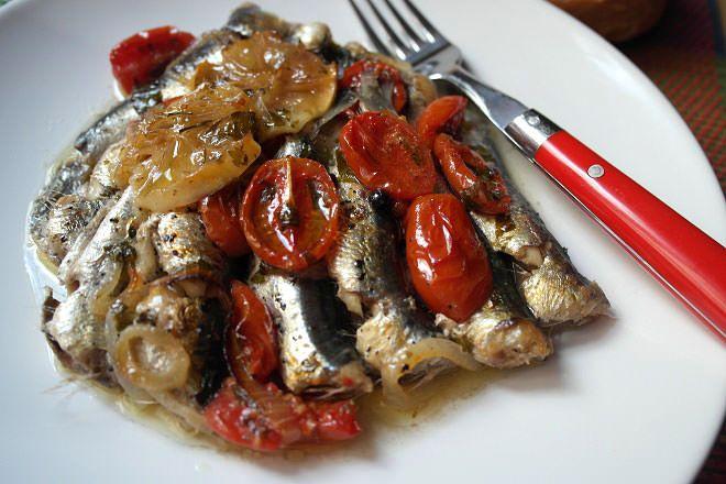 Σαρδελίτσα τιμημένη! Δίκαια κατέχει την πρώτη θέση ως το πιο δημοφιλές ψάρι του καλοκαιριού για πάρα πολλούς λόγους. Τι να σας λέω τώρα; Τα χιλιοειπωμένα; Για τα Ω3 λιπαρά που περιέχει, για την νοστιμιά του, για το πόσο συμφέρει οικονομικά και μπλα μπλα μπλα…. Εμένα άλλο με απασχολούσε χρόνια τώρα! Σαν την σαρδέλα στα κάρβουνα, …