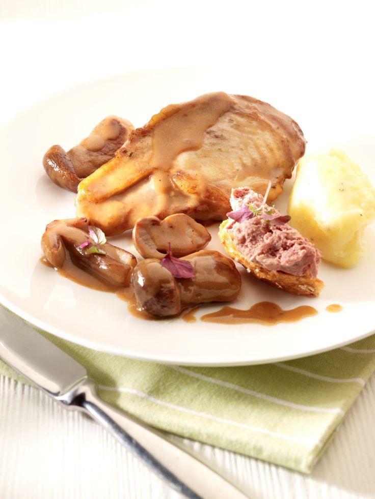 Bereiden: Maak de knolselderpuree: Snijd de knolselder en de aardappelen in grote stukken en kook ze gaar in gezouten water. Giet af, voeg er een flinke klont boter en 100 ml room aan toe en stamp alles tot puree met een stamper. Kruid met peper, zout en nootmuskaat. Maak de fazant: