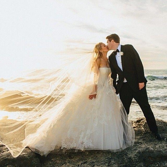 ✨✨ The perfect wedding dress by @verawanggang