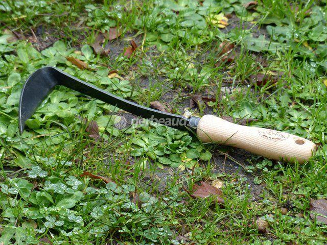Hybride entre une faucille et une petite houe, le d�sherbeur japonais est un outil l�ger, maniable et pr�cis, facile d�utilisation, qui fait de plus en plus d�adeptes.