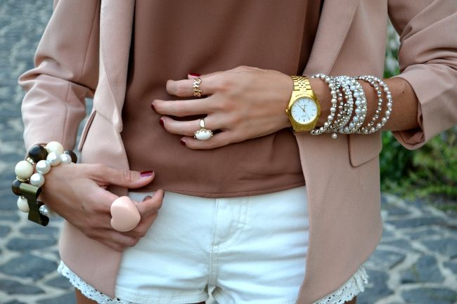 Blazer: Sheinside Tee: Forever21 Shorts: Topshop Tacchi/Heels: Asos Collana/Necklace: Coral 3016 Bracciale con fiocco e Anello Cute/Bow Bracelet & Cute ring: Rings & Tings Anelli/Rings: Forever21+Asos Orologio/Watch: Casio Clutch: Oasap