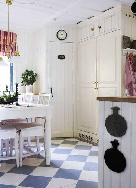 Praktiskt kök - Gård och Torp. Love the floor