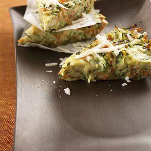Zutaten Für 2 Portionen 200 g Möhren 400 g Zucchini 2 Zwiebeln 1 Zweig Rosmarin 1 El Butterschmalz 1 Knoblauchzehe 4 Eier (Kl. M) 3 El Schlagsahne 3 El Parmesan (gerieben) Salz Pfeffer