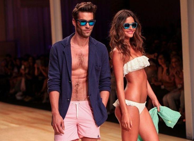 La modelo Malena Costa lució muy sexy en bañador acompañada por todos los modelos masculinos que lucieron las propuestas elegantes de Scalpers, capitaneados por el modelo Jon Kortajarena.