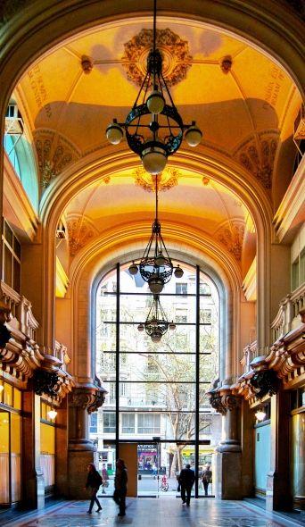 Pasaje Barolo sobre el que esta construido el  Palacio Barolo (el pasaje une la Av. Rivadavia con H. Yrigoyen).-