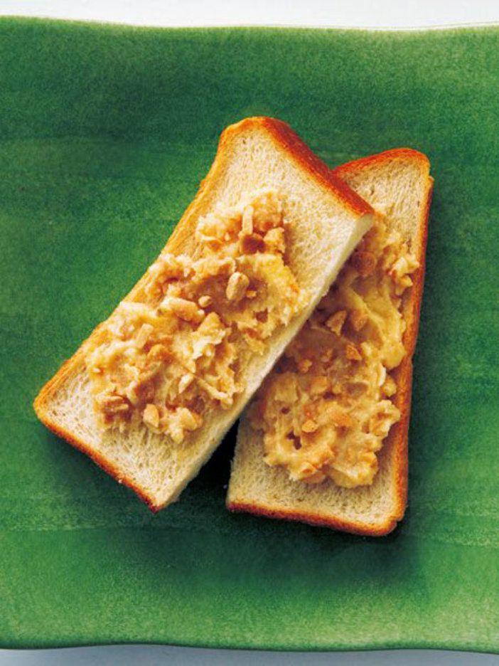 クラッシュピーナッツと砂糖を合わせて、ピーナッツバターを手作り! 『ELLE a table』はおしゃれで簡単なレシピが満載!