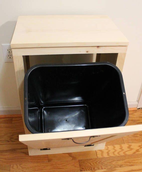 Inclinación de madera cubo de basura - basura puede - caja de madera basura - gabinete para esconder basura - basura de cocina - punta fuera basura puede - cocina lavadero o cuarto de baño.  Estoy tan emocionada haber agregado este nuevo artículo a mi línea de productos. He tenido tantas solicitudes de estos para que coincida con mi precioso vegetal Bins y cajas pan. (revisa mis otros anuncios) ¡Qué gran manera de ocultar tu bote de basura desagradables así como espacio útil en la parte…