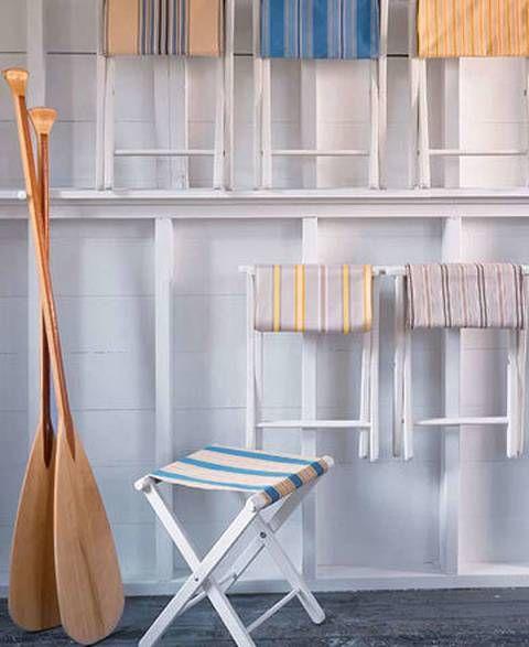 Una sillas plegables son el punto de partida para conseguir un 'DIY' con encanto. Puedes comprarlas muy baratas en tiendas especializadas de cámping, ahí tendrás diferentes modelos para elegir. Una vez las tengas, la idea es deshacerte de la tela de lona original, aprovechar para pintar las maderas, y a continuación colocar otro tejido resistente que tú previamente hayas elegido. Con aguja e hilo, tendrás que coser y rematar los bordes. Algo muy sencilo y fácil de hacer…