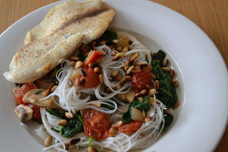 Mihoen | Spinazie | Tomaatjes | en vis      mihoen     2 tilapiafilets     300 gram spinazie     cherry tomaatjes     ui     champignons     teentje knoflook     pijnboompitjes     ketjap (ik heb ketjap met ui gebruikt)     peper     zout