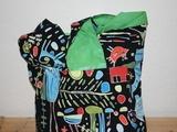 Hippie Tasche mit bunten Figuren. Wenn man sie auf Links dreht hat man eine grüne Tasche