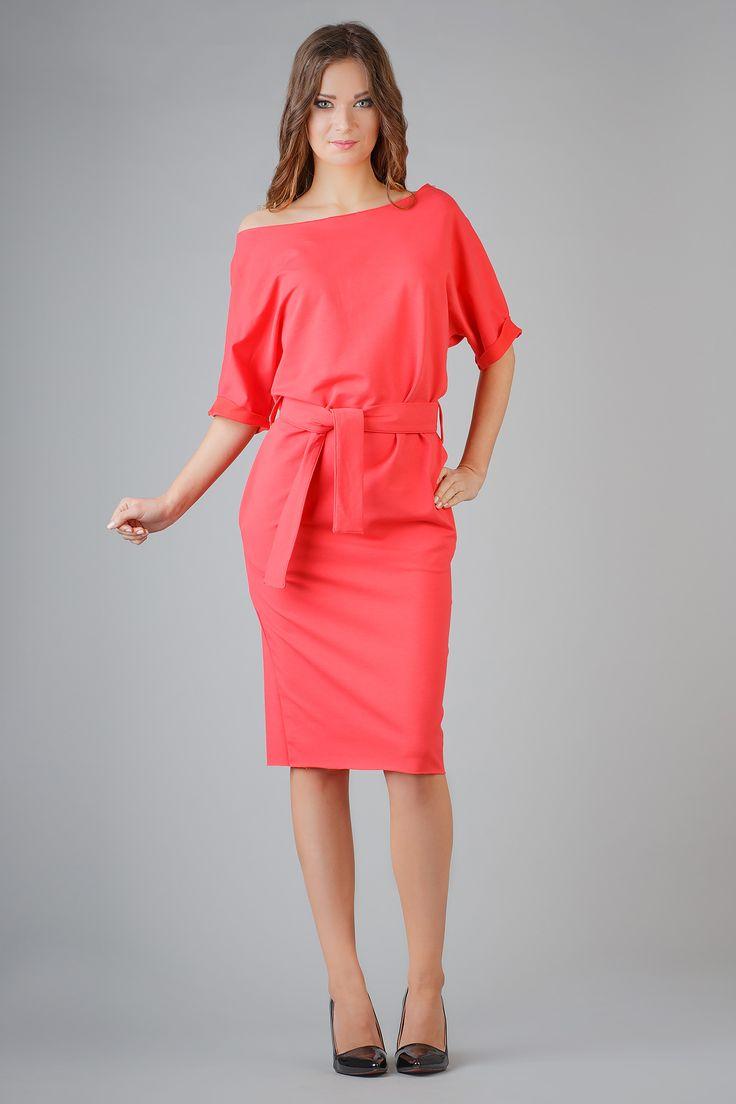 Elegancka sukienka z dzianiny. Rękaw wykończony ozdobnym mankietem, dekolt i dół sukienki wykończony na surowo. Fason sukienki luźny, typu kimono. Kieszenie w szwie. #modadamska #moda #sukienkikoktajlowe #sukienkiletnie #sukienka #suknia #sukienkiwieczorowe #sukienkinawesele #allettante.pl