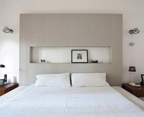 """Pé-direito alto é um charme, mas pode atrapalhar. """"Uma cabeceira convencional neste quarto de 3,50 m de altura deixaria a impressão de vazio"""", afirma a arquiteta Elaine Gonzalez, do escritório Tieppo & Gonzalez, de São Paulo. No lugar, a estrutura de drywall (1,80 x 2,10 m) recebeu papel de parede (Paper.com). Um nicho no centro apoia objetos. """"A solução custou apenas R$ 600."""""""