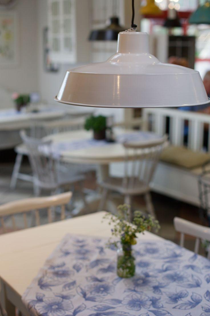 Vi har många lampor till salu i kafédelen.