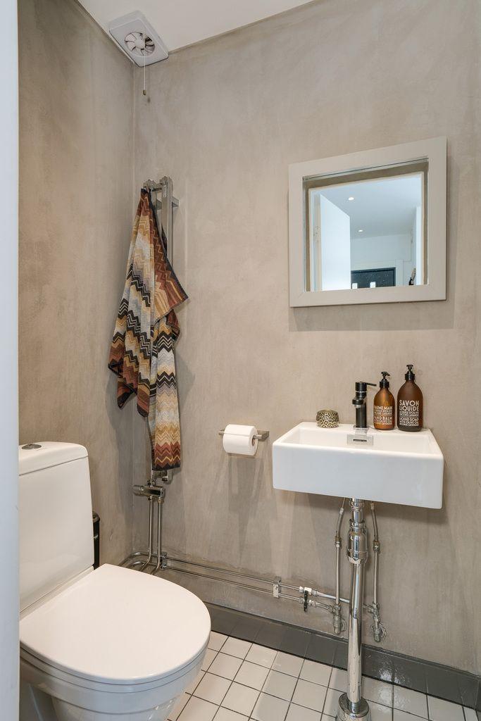 Gästtoalett övre plan med putsade väggar i grått