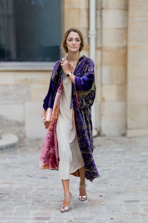 Vaqueros, kimono extralargo de seda cruzado y actitud, mucha actitud. Hemos buscado las 44 mejores ideas para que lleves ya esta prenda de tendencia.
