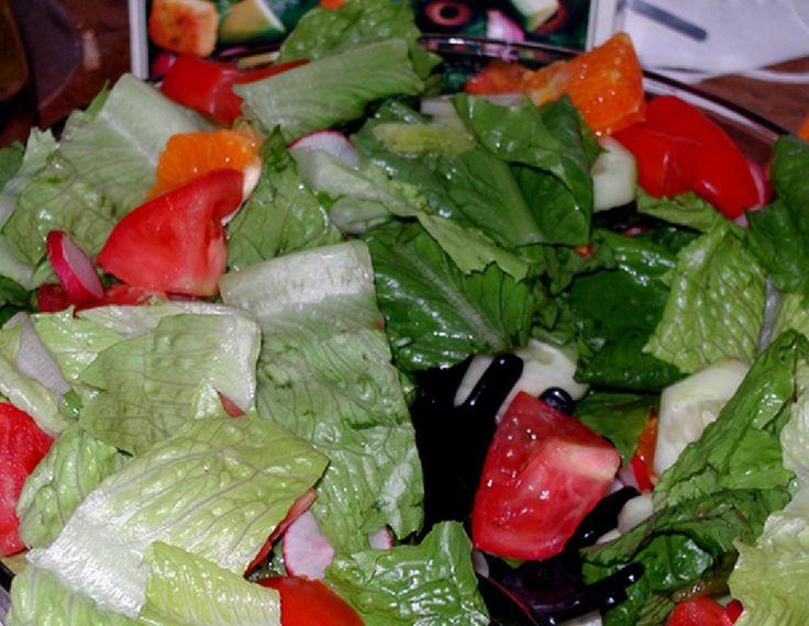 Una ensalada con muchos vegetales y semillas