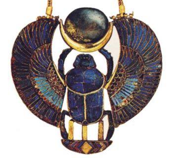 Pectoral de Tutankhamón. Esta pieza fue localizada sobre la momia del monarca, junto con un conjunto magnífico de joyas. El escarabajo alado y el nombre del monarca vuelven a ser aquí el centro de la composición, donde también encuentra relevancia la simbología lunar. Foto en T.G. HENRY JA MES, Tutankamón, Barcelona, 2001, p. 218.