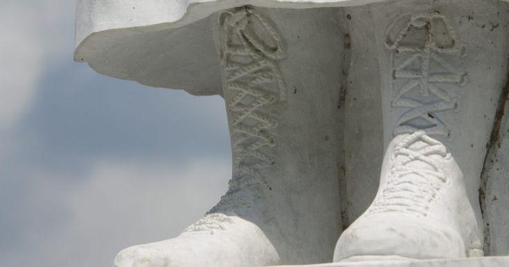 """Técnicas para gravar em pedra. Escultura em pedra é uma forma de arte que soa intimidadora para muitos artistas. Talvez seja assim por causa da beleza e do poder de obras clássicas como o """"David"""" ou """"La Pietá"""", de Michelangelo. Em comparação com estas grandes esculturas de pedra, muitos sentem que suas tentativas amadoras seriam, na melhor das hipóteses, risíveis. No entanto, a ..."""