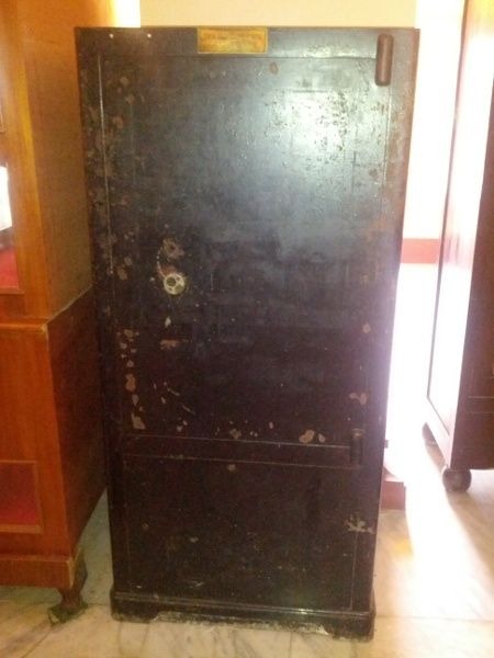 Metal safe that belongs to the late Sultan Syarif Kasim II of Siak Sultanate. The safe measures 0.5 x 1.2 metre and the key to the safe was said to have been thrown into the sea by the late Sultan when he was the Advisor to the !st President of Indonesia, President Soekarno in 1945 - 1950. Every attempt has been made to open the safe but it was always futile. Till now nobody has been able to open the safe and still waiting for the right person to open it.