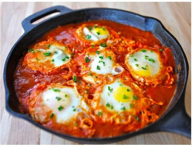 Szakszuka, przepis na pieczone jajka z warzywami