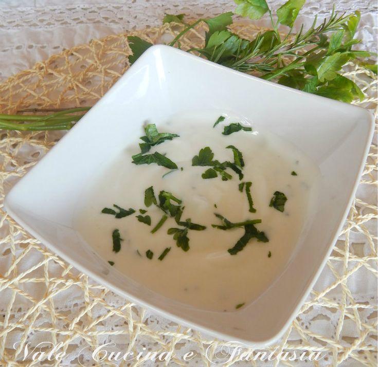 Salsa allo yogurt ,ricetta base facile veloce fresca e leggere da usare come condimento per carni,pesce e verdure ottima e gustosa