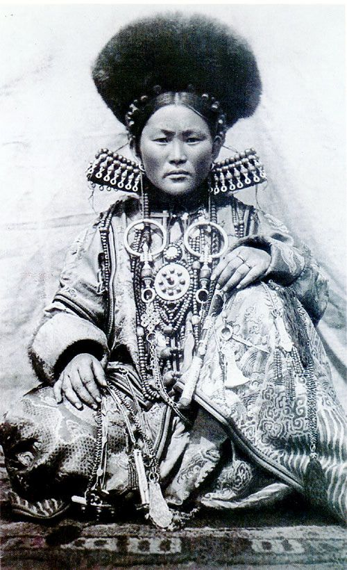 Buryat woman. Aginsk, Serbia | Unfortunately date and photographer details not provided at the source.