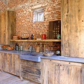 Gezellige franse keuken, zie de stokbroden en kaasjes al gemaakt worden...