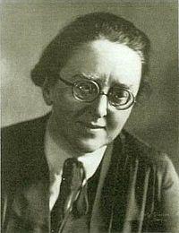 Anna Essinger (1879-1960), fue una educadora judía-alemana. A los 20 años, se hizo cuáquera. En 1933, cuando la amenaza nazi se avecinaba y con el permiso de todos los padres, trasladó la escuela y sus 66 niños, en su mayoría judíos, a la seguridad de Inglaterra. Durante la guerra, Essinger estableció un campo de recepción para 10.000 niños alemanes enviados a Inglaterra en el Kindertransports. Después de la guerra, su escuela tuvo muchos niños supervivientes de campos de concentración…