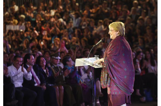 """Presidenta Bachelet """"Gobernar es escuchar y ustedes han sido el rostro la voz y el motor de todo este esfuerzo"""" -  En un acto cultural en la Plaza de la Constitución la Mandataria conmemoró el Día Internacional de la Mujer y recordó los principales hitos de su gobierno en materia de educación derechos civiles fortalecimiento de la democracia entre otros.  Con un acto cultural que contó con la presencia de artistas la Presidenta de la República Michelle Bachelet conmemoró el Día Internacional…"""