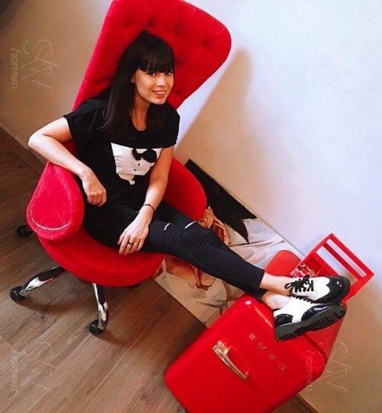 """Каждая женщина всегда хочет быть в окружении красивых вещей. Несправедливо, что основная масса офисных кресел руководителей создана для мужчин. «Lakshmi» не просто кресло – это визитная карточка делового пространства женщины-руководителя. На фото: Нелли Ермолаева - модель, дизайнер, телеведущая, участница шоу """"Дом 2"""". ☎️ +7 965 40 40 509 #evro_house #Lakshmi #дом2 #ermolaevanelly #кресло #офисное #эксклюзив"""