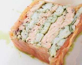 Pain de saumon au concombre entouré de saumon fumé : http://www.fourchette-et-bikini.fr/recettes/recettes-minceur/pain-de-saumon-au-concombre-entoure-de-saumon-fume.html