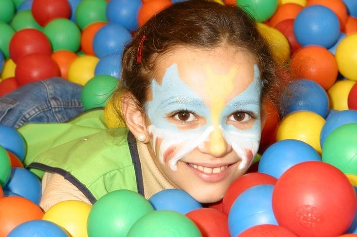 maquillaje y piscina de bolas, otra manera de divertirnos.